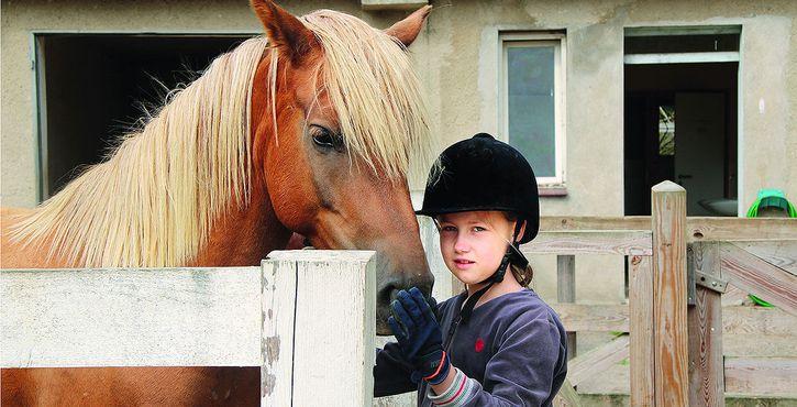 jugendreise.de Reiterferien Boitzenburg Mädchen mit Pferd