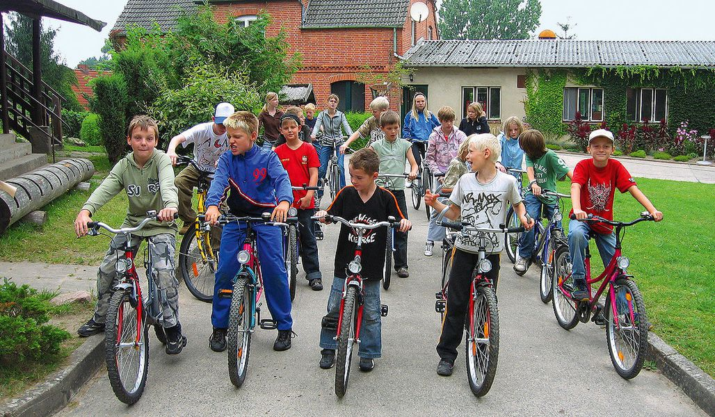 jugendreise.de Angelferien Loppin Kinder beim Fahrradfahren