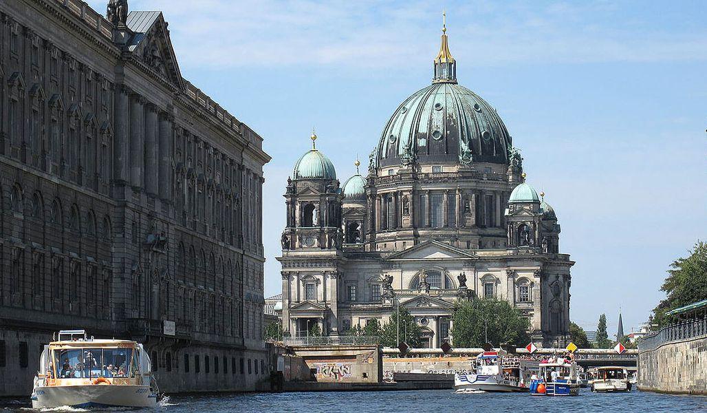 Klassenfahrt Berlin Berliner Dom von Spree aus gesehen