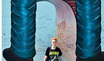 jugendreise.de Staedtereise Berlin Maedchen vor Berliner Mauer