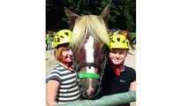 jugendreise.de Reiterferien Boitzenburg zwei Mädchen mit Pferd