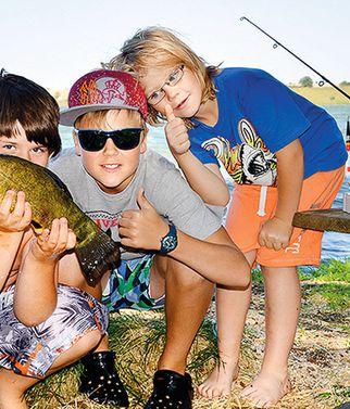 jugendreise.de Angelferien Loppin drei Kinder mit Fang