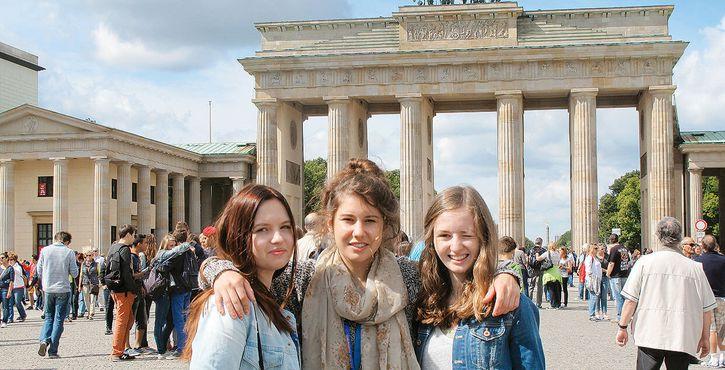 jugendreise.de Staedtereise Berlin Maedchen vor Brandenburger Tor